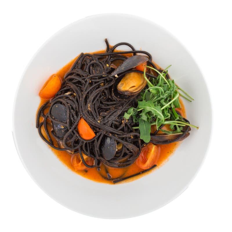 Schwarze Teigwarenspaghettis mit Meeresfrüchten stockfotos