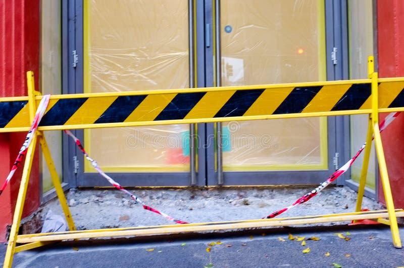 Schwarze und gelbe Sicherheits-Vorsicht-Sperre stockfotografie