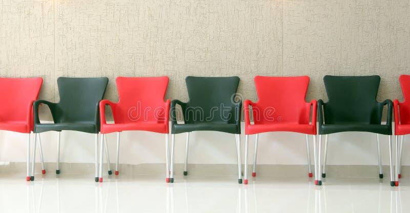 Download Schwarze und rote Stühle stockbild. Bild von reihe, wand - 26370033