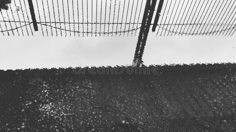 Schwarze und wthite Reflexion gemacht durch Wasser lizenzfreie stockbilder