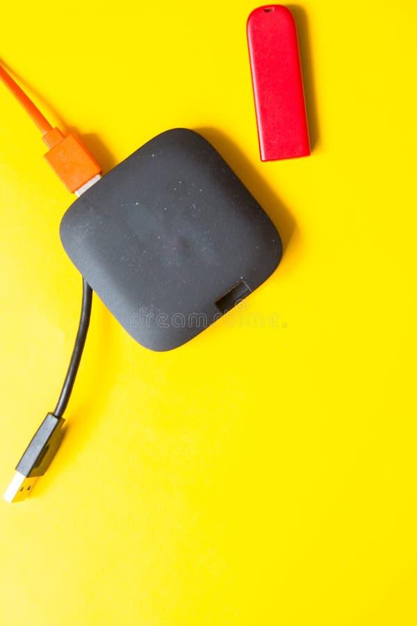 Schwarze USB-NABE mit usb-Stockblitz fährt auf gelben Hintergrund Beschneidungspfad eingeschlossen stockfotografie