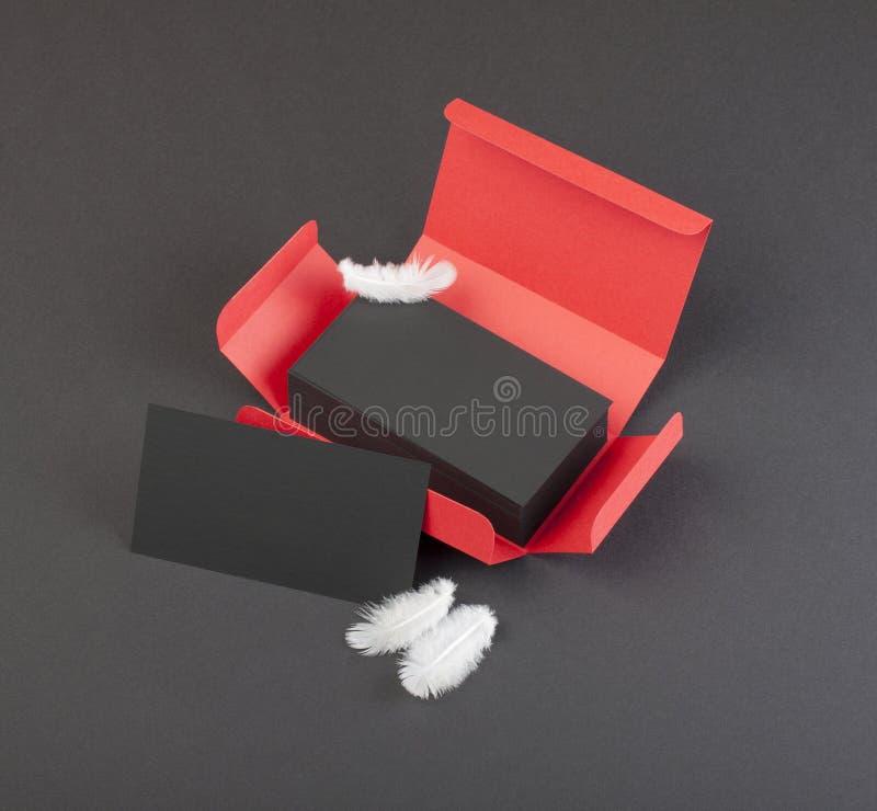 Schwarze Visitenkarten im roten Kasten lizenzfreie stockfotos