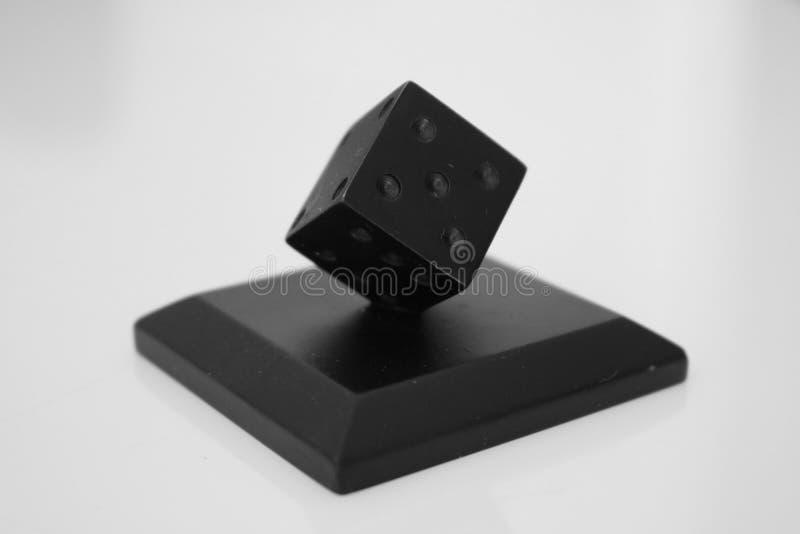 Schwarze Würfel auf weißem Hintergrund! stockfotos