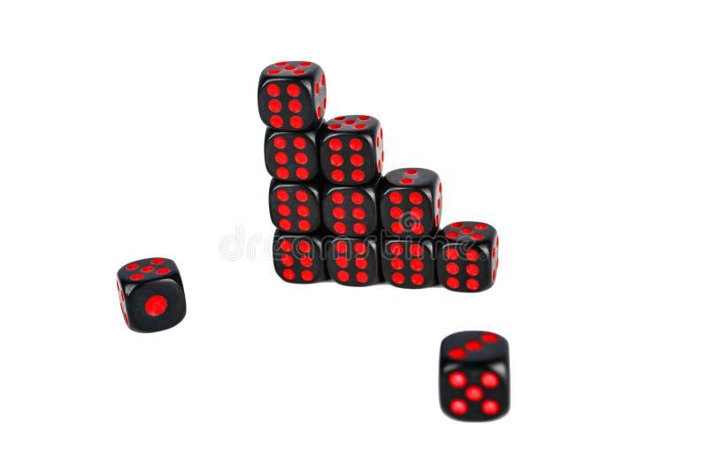 Schwarze Würfel mit roten Zahlen lokalisiert auf weißem Hintergrund lizenzfreies stockbild