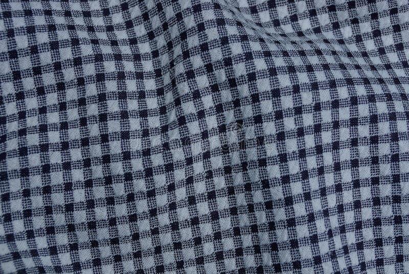 Schwarze weiße Gewebebeschaffenheit von einem zerknitterten Stück des Stoffes lizenzfreie stockfotos