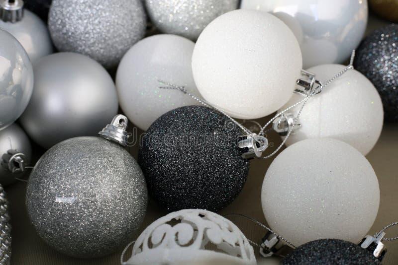 Schwarze, weiße, silberne und graue farbige Weihnachtsverzierungen stockfotografie