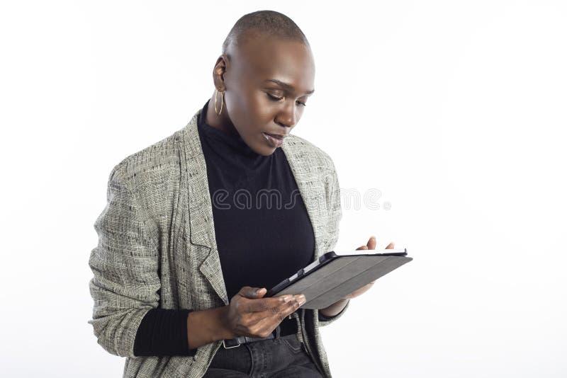 Schwarze weibliche Gesch?ftsfrau Preparing f?r Seminar mit Tablet lizenzfreie stockbilder