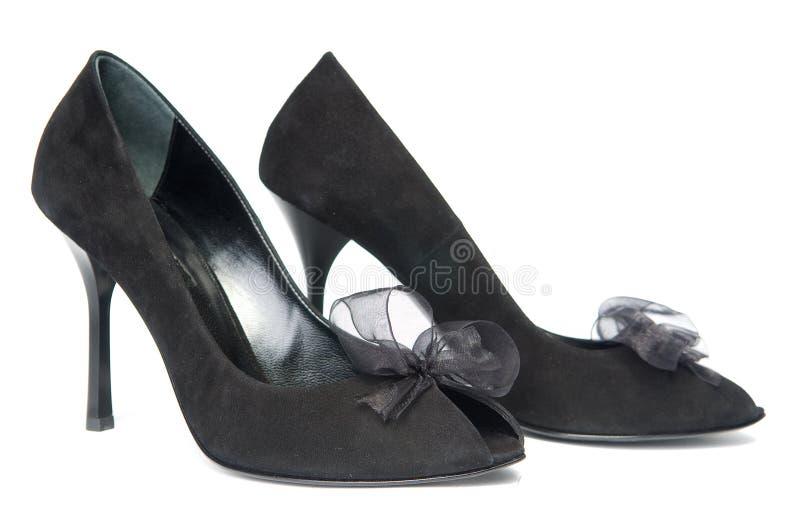 Schwarze weibliche Schuhe mit Dekorationen lizenzfreie stockfotos