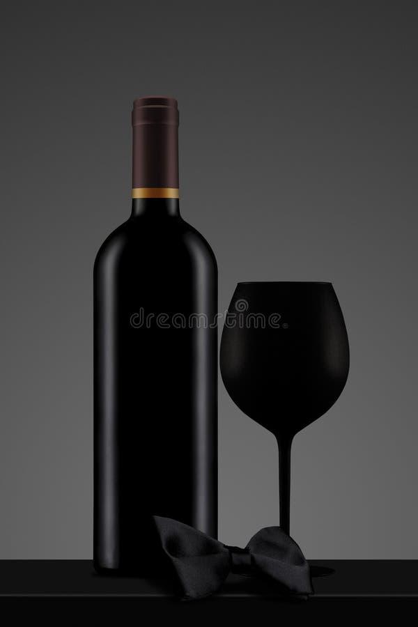 Schwarze Weinflasche mit Glas und Fliege lizenzfreie abbildung