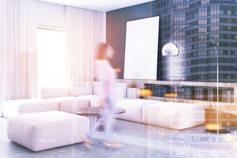 Schwarze Wohnzimmerecke, weißes Sofa, Plakatunschärfe stockfotografie