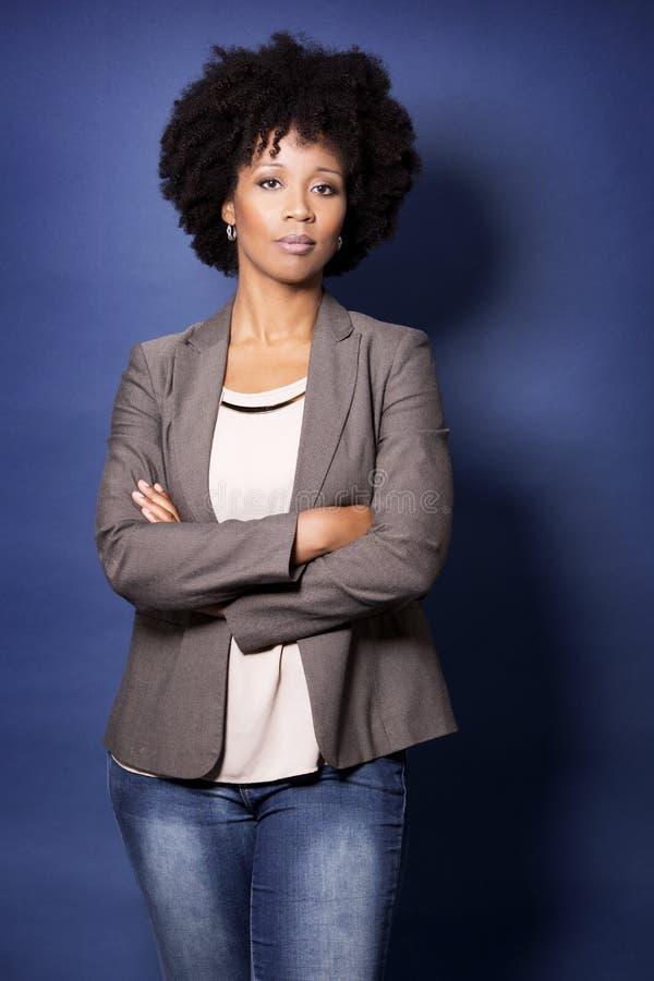 Schwarze zufällige Frau auf blauem Hintergrund stockfotografie