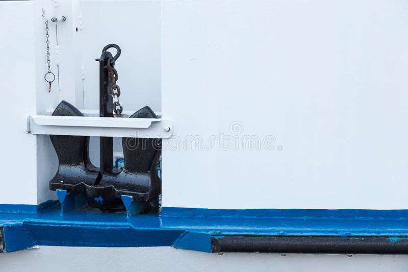 Schwarzer Anker auf weißem und blauem Boot stockfotos