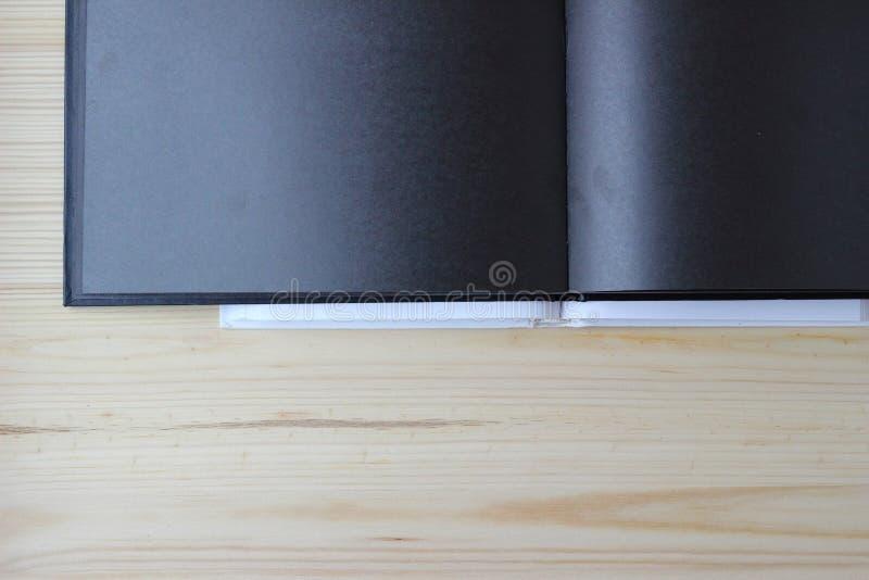 Schwarzer Blatt Notizblock nimmt Hälfte Bild auf lizenzfreie stockfotos