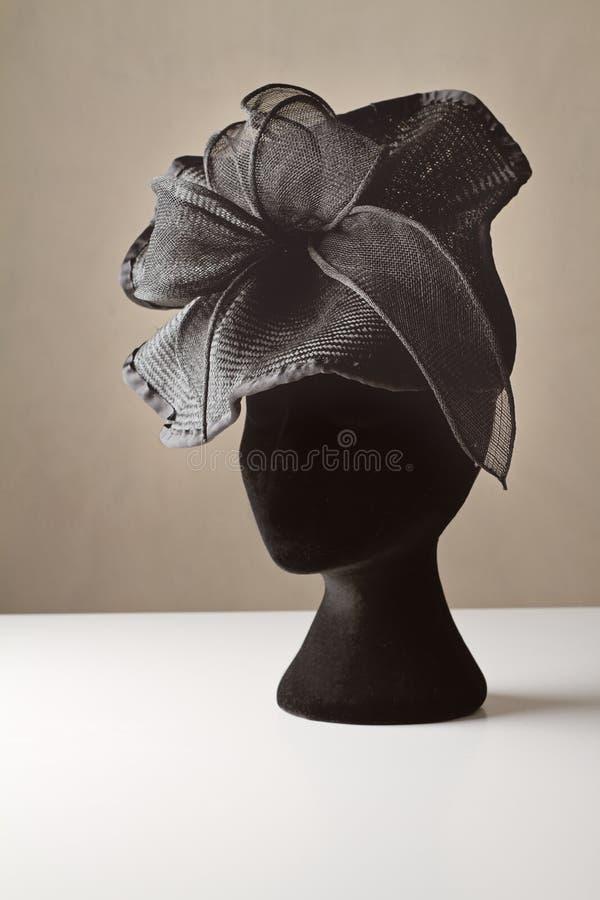 Schwarzer Damenkleiderzusatzhut stockfotos