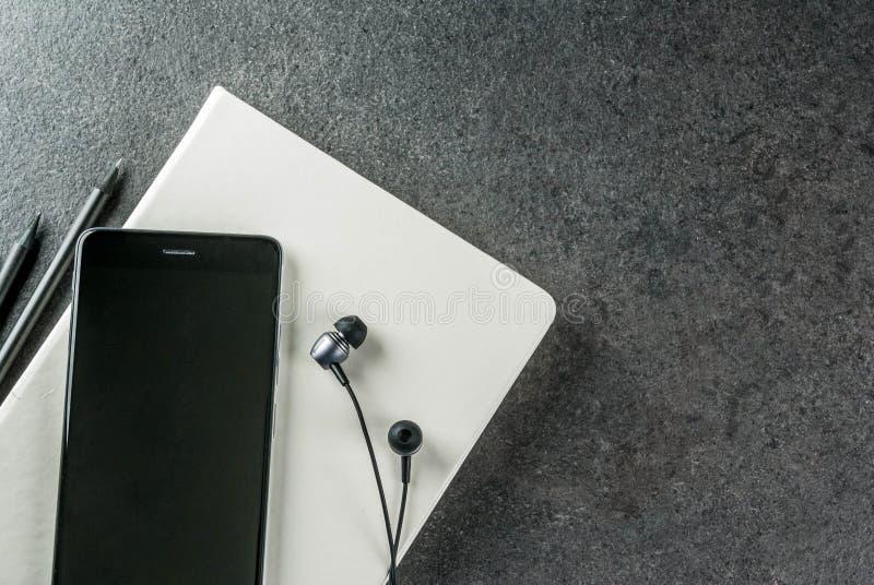 Schwarzer Desktop mit Geräten lizenzfreie stockfotografie