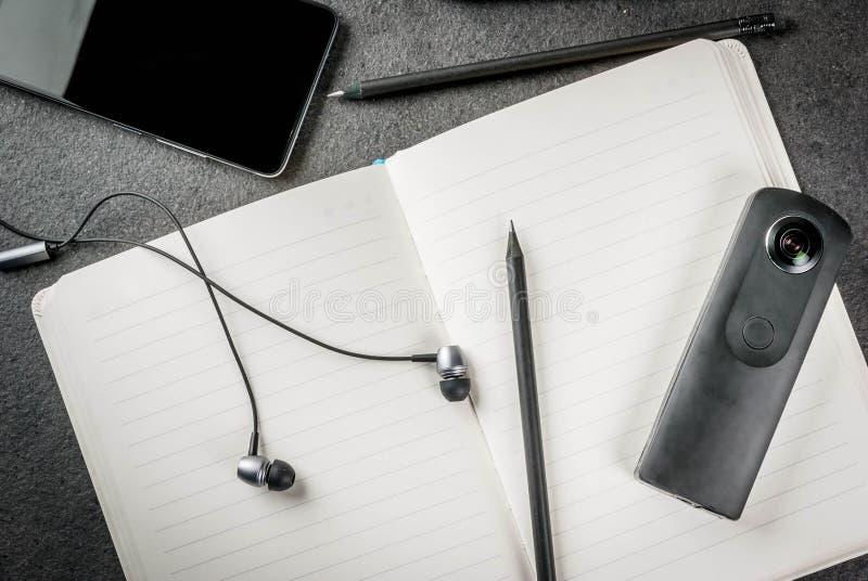 Schwarzer Desktop mit Geräten stockfoto