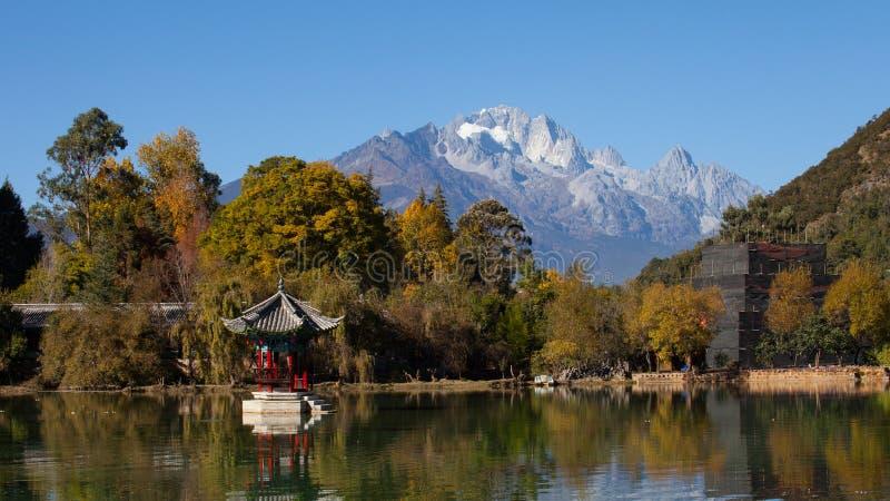 Schwarzer Dragon Pool Jade Dragon Snow-Berg in Lijiang, Yunnan, stockfotografie