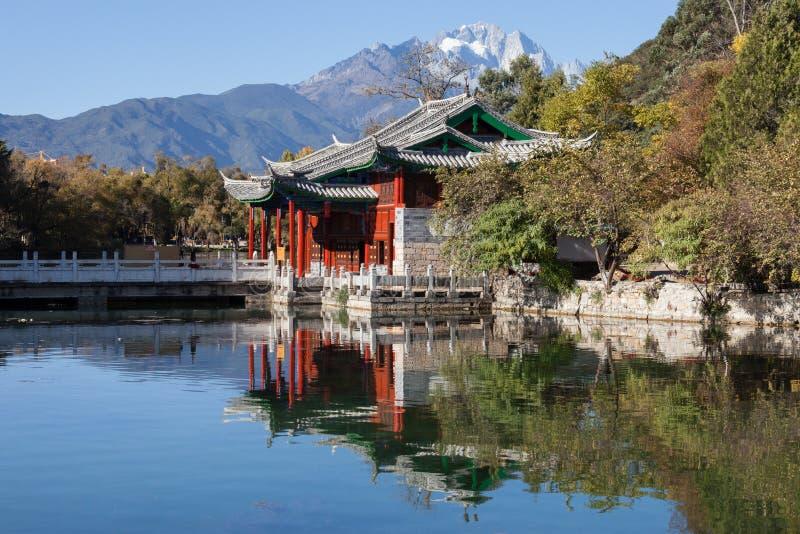 Schwarzer Dragon Pool Jade Dragon Snow-Berg in Lijiang, Yunnan, lizenzfreies stockbild