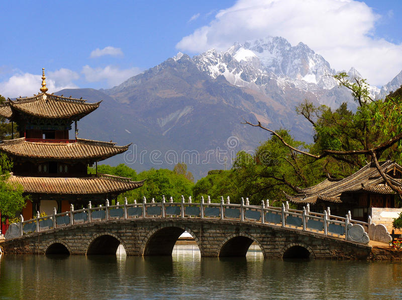 Schwarzer Dragon Pool- und Jade Dragon Snow-Berg u. x28; Yulongxui Shan& x29; stockfoto