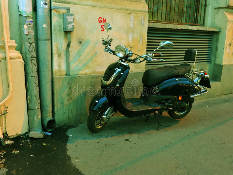 Schwarzer eleganter Roller geparkt auf dem Bürgersteig lizenzfreies stockfoto