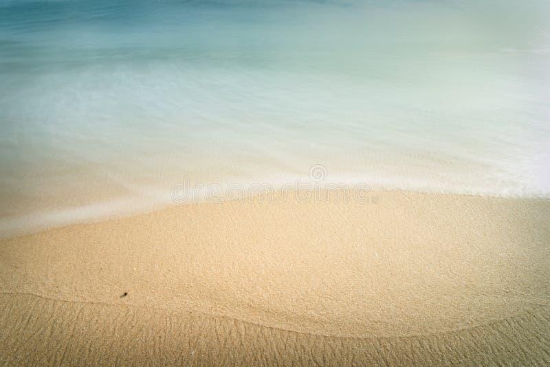 Schwarzer Fleck auf dem Strand stockbilder