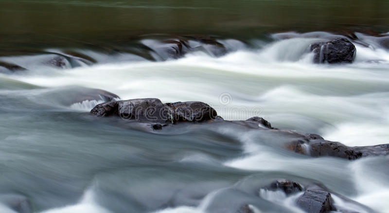 Schwarzer Fluss stockfotografie