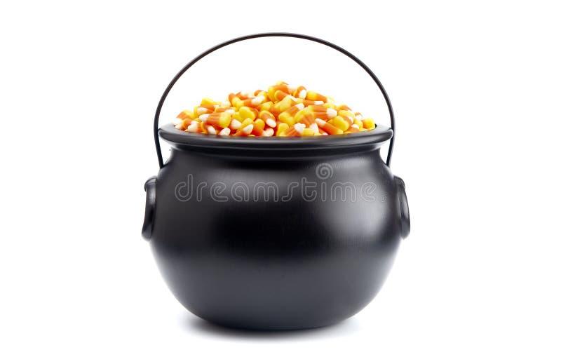 Schwarzer großer Kessel für die Hexen gefüllt mit Süßigkeits-Mais lizenzfreie stockfotos