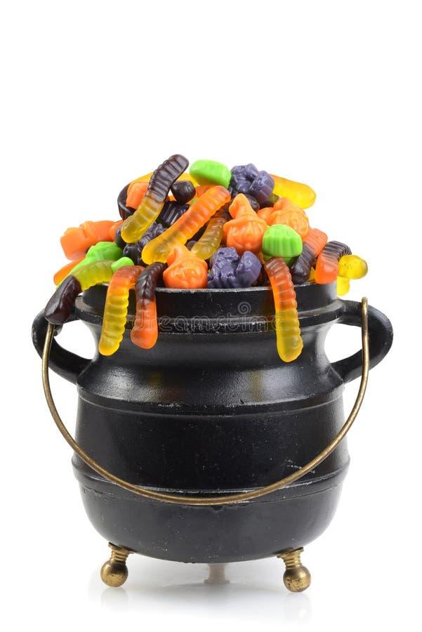 Schwarzer großer Kessel sortierter Halloween-Süßigkeit lizenzfreies stockfoto