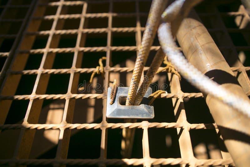 Schwarzer Gummisicherheitsseilschutz mit gegen das Grat conner auf dem Gitterbrei, der Seilschaden verhindert lizenzfreie stockfotos