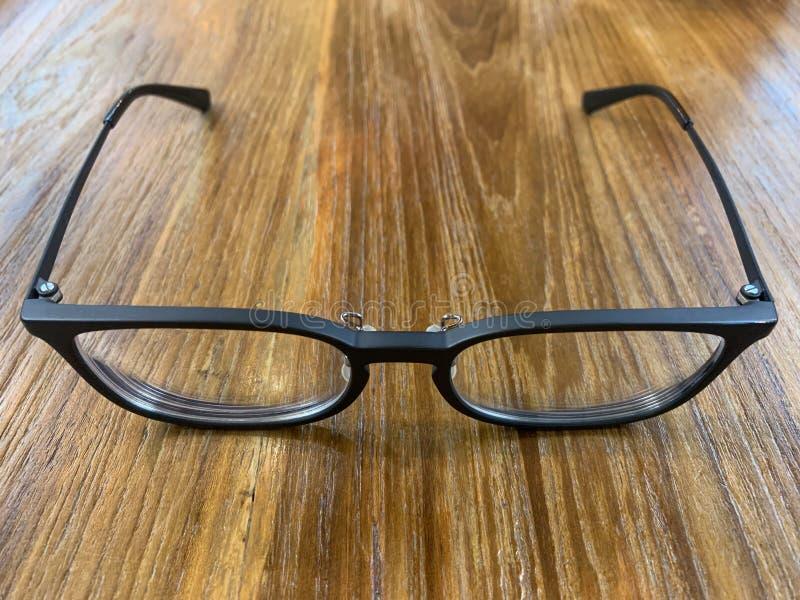 Schwarzer Hintergrund der Gläser auf dem Tisch stockbilder