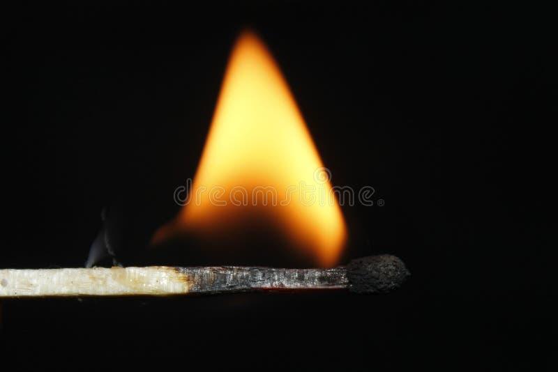 Schwarzer Hintergrund des Matchfeuers stockfoto