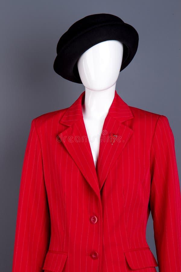Schwarzer Hut und rote weibliche Jacke auf Mannequin lizenzfreie stockbilder