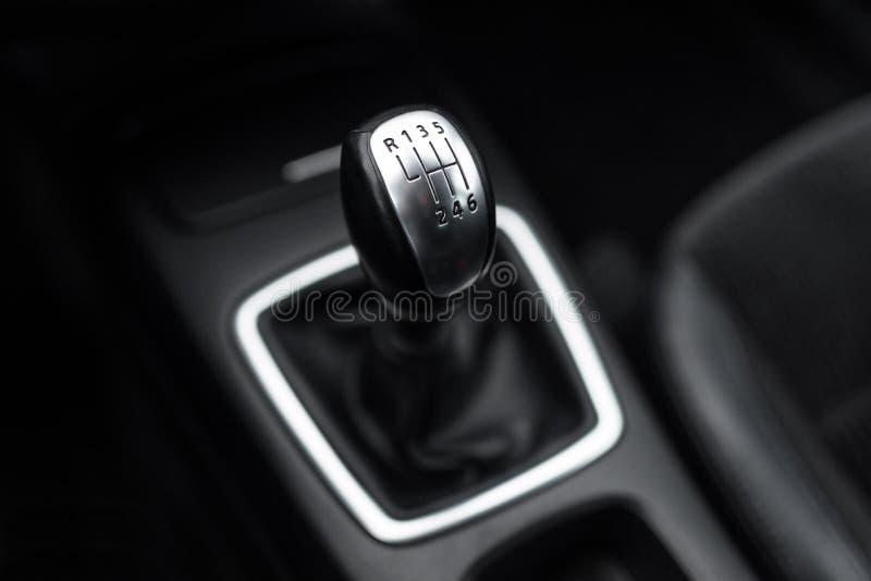 Schwarzer Innenraum eines modernen Autos, Auto-Schalthebel der Sechsgeschwindigkeit manueller Schiebe lizenzfreie stockfotografie