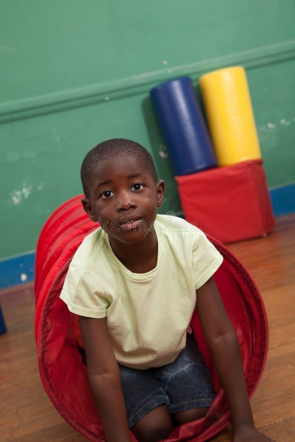 Schwarzer Junge, der im Kindergarten spielt stockbild