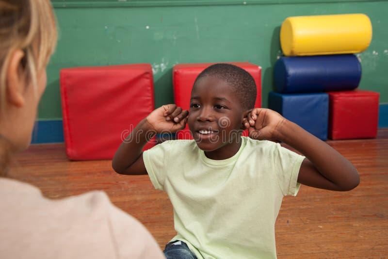 Schwarzer Junge, der im Kindergarten spielt lizenzfreie stockfotografie