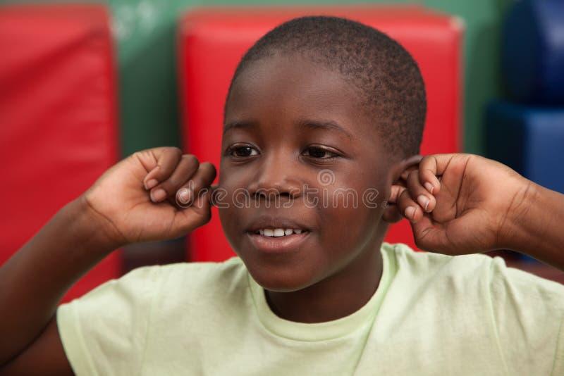 Schwarzer Junge, der im Kindergarten spielt lizenzfreie stockfotos