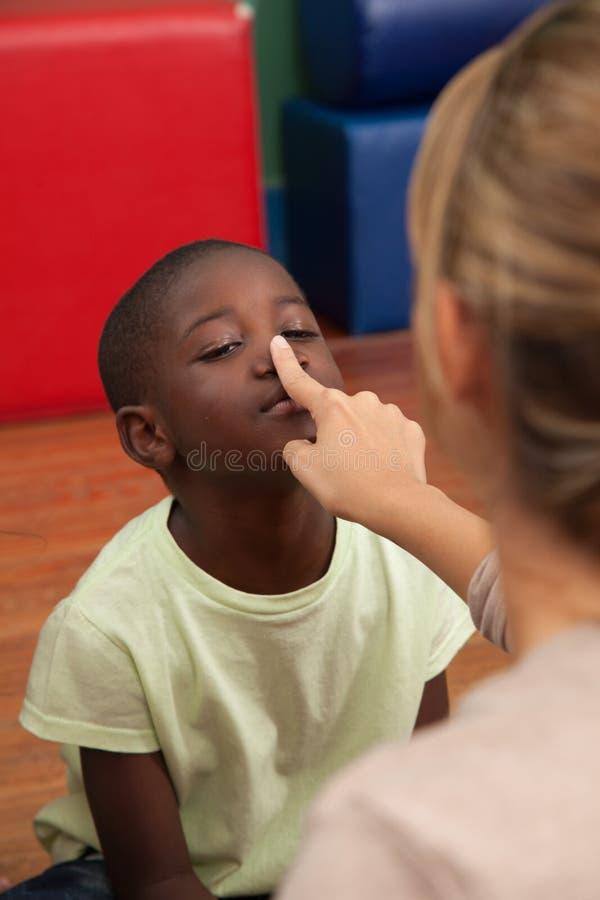 Schwarzer Junge, der im Kindergarten spielt stockfotos
