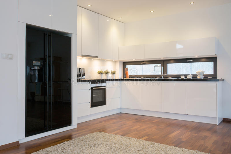 Schwarzer Kühlschrank In Der Hellen Küche Stockbild - Bild von ...