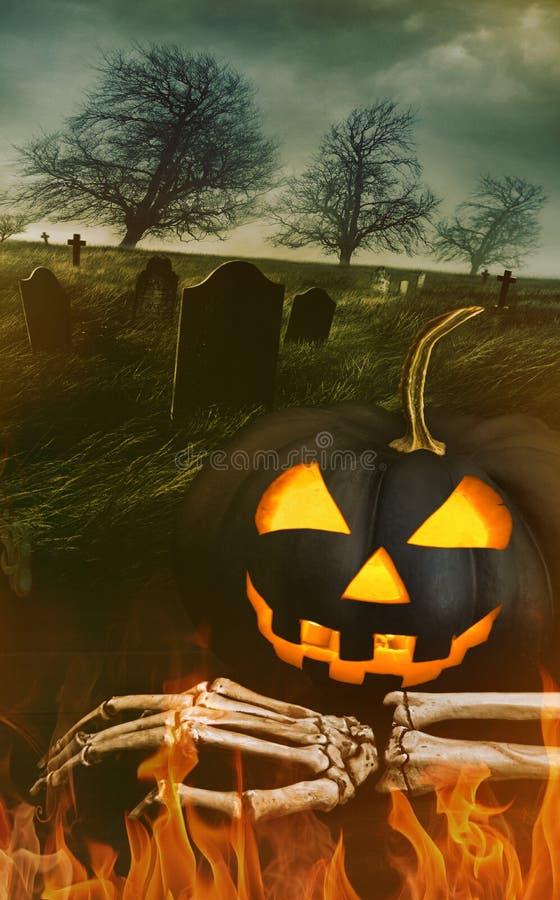 Schwarzer Kürbis mit der Skeletthand mit Friedhof lizenzfreie stockfotos