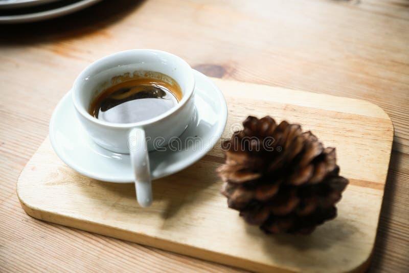 Schwarzer Kaffee in der weißen Schale in der Kaffeestube, in der Kaffeepause im Büro oder nachdem dem Treffen, bitter vom frische stockfotografie