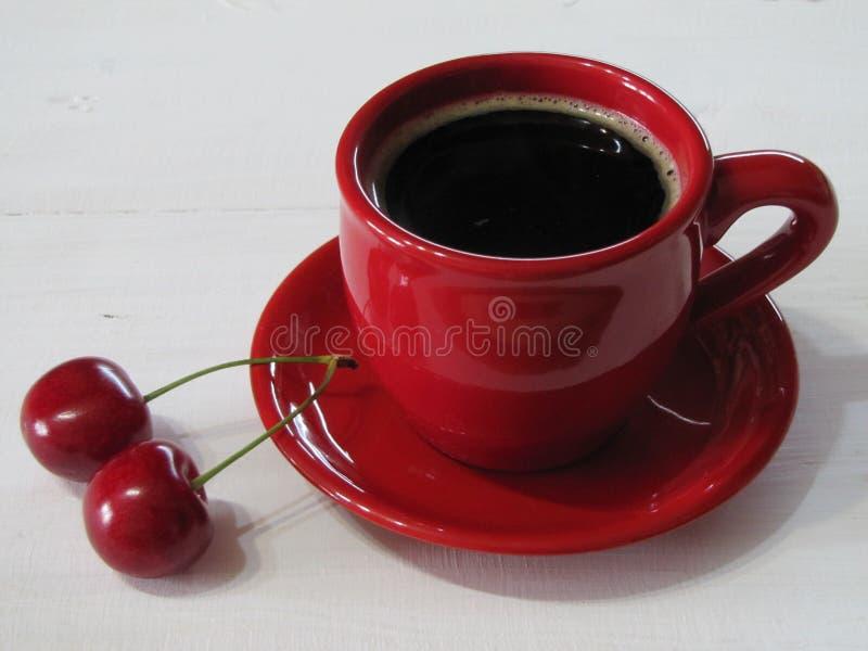 Schwarzer Kaffee in einer roten Schale stockbild