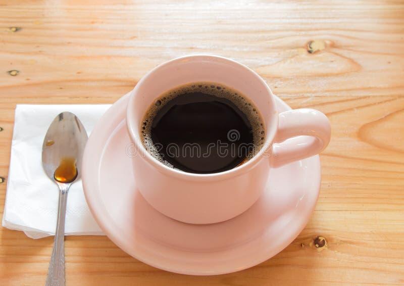 Schwarzer Kaffee in einer Schale stockbild