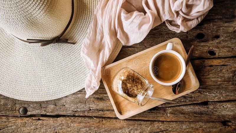 Schwarzer Kaffee mit braunem Zucker lizenzfreie stockfotos