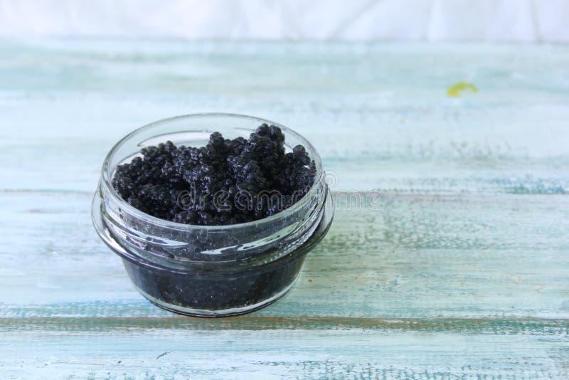 Schwarzer Kaviar in einem Glas stockfotos