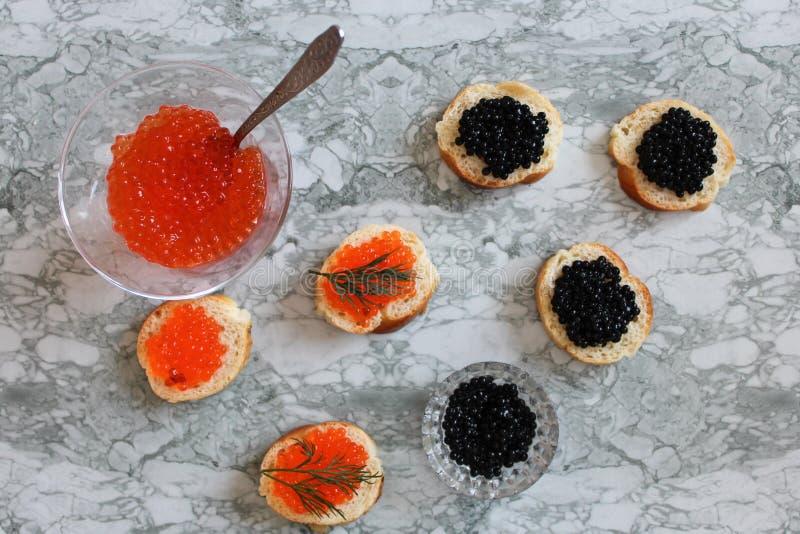 Schwarzer Kaviar Luxuriöse kulinarische Zartheit Nahaufnahmelachskaviar Meeresfrüchte Roter Kaviarnahaufnahmehintergrund stockfoto