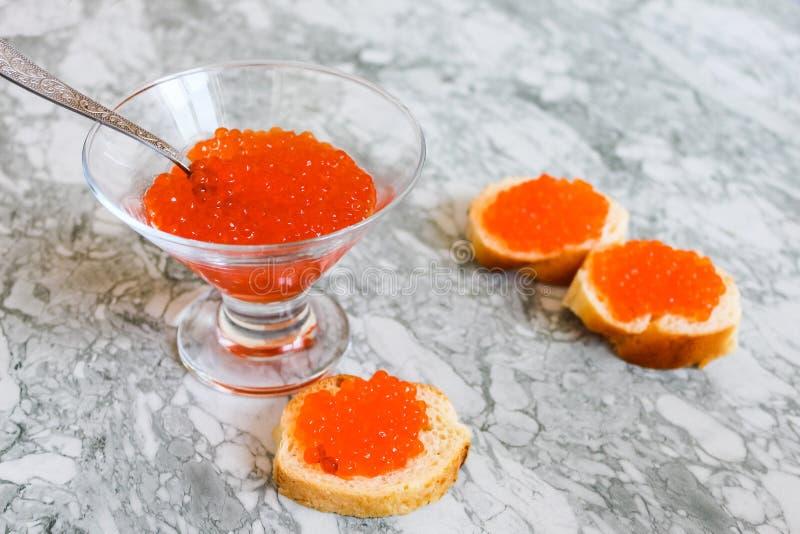 Schwarzer Kaviar Luxuriöse kulinarische Zartheit Nahaufnahmelachskaviar Meeresfrüchte Roter Kaviarnahaufnahmehintergrund stockfotografie