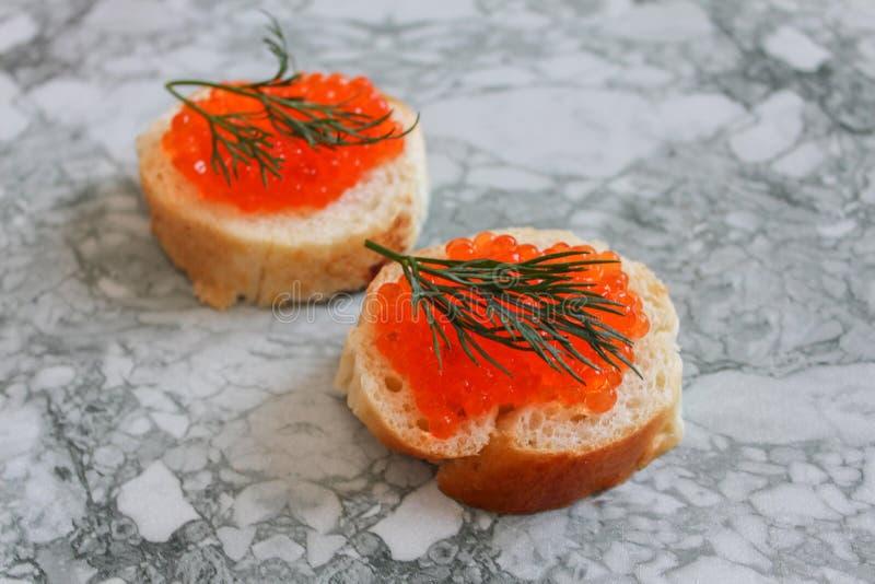 Schwarzer Kaviar Luxuriöse kulinarische Zartheit Nahaufnahmelachskaviar Meeresfrüchte Roter Kaviarnahaufnahmehintergrund lizenzfreies stockbild