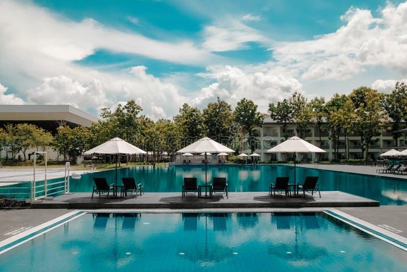 Schwarzer Klubsessel-im Freien Durchschnittlicher Blauer Swimmingpool Unter Weißem Bewölktem Blauem Himmel Kostenlose Öffentliche Domain Cc0 Bild