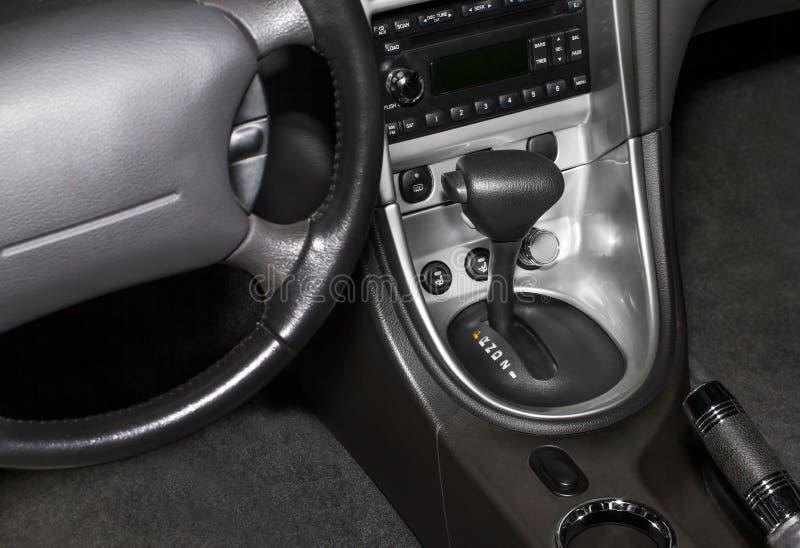 Schwarzer lederner moderner Luxuxautoinnenraum. lizenzfreies stockbild