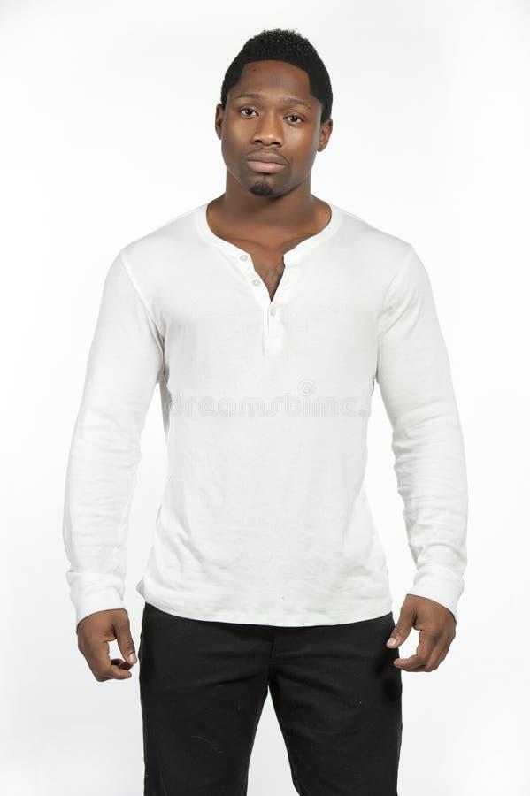 Schwarzer Mann auf Weiß lizenzfreie stockfotos